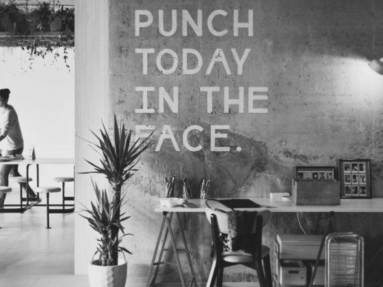 bureau contre mur écrit punch today in the face