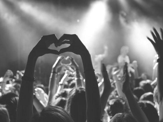 concert et personne faisant un cœur avec ses mains